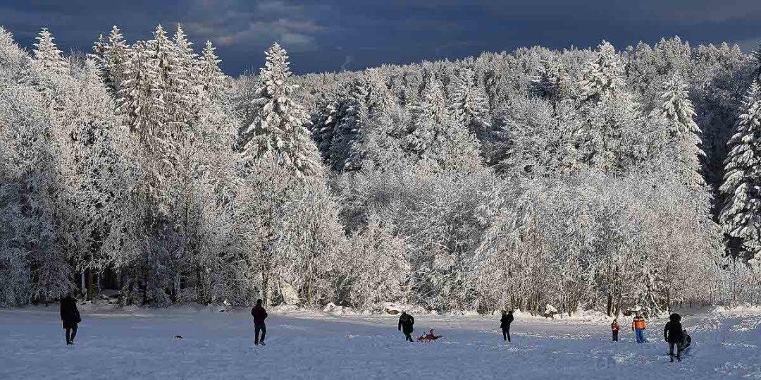 Beitragsbild zum Foto des Monats 2021. Wintersport unter Corona-Regeln