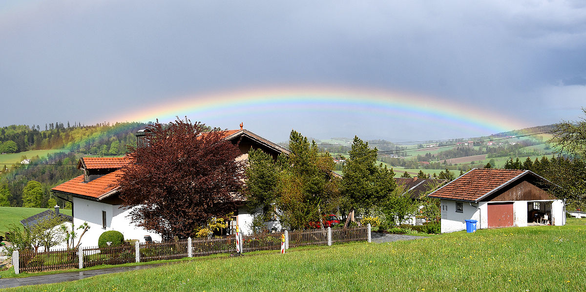 Bild des Monats Juni 2021: Regenbogen über Haus